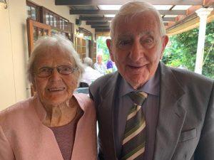 Tante Emmchen Wittig, mit ihren fast 97 Jahren, feiert mit bei Brinks 90. Geburtstagsfeier.